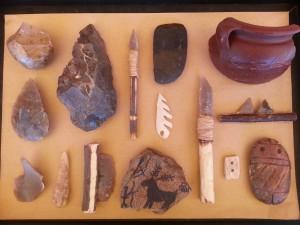 Maletín conteniendo reproducciones de herramientas y útiles de la Prehistoria ( Neolítico)